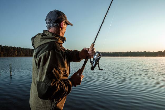 fisker med waders på