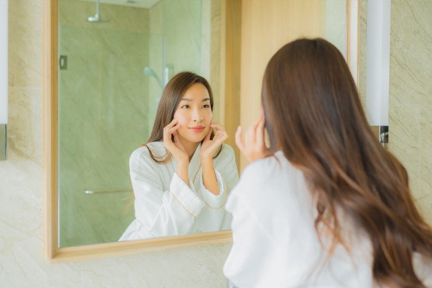 kvinde der ligger makeup