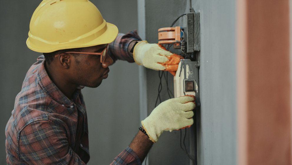 Spring ikke ud i det risikable el-arbejde, men få professionelle fagfolk til at klare det for dig